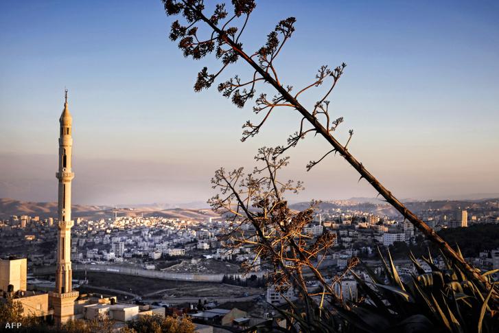 Kelet-Jeruzsálem látképe a háttérben a megszállt Jabal al-Baba palesztin település 2018. november 17-én