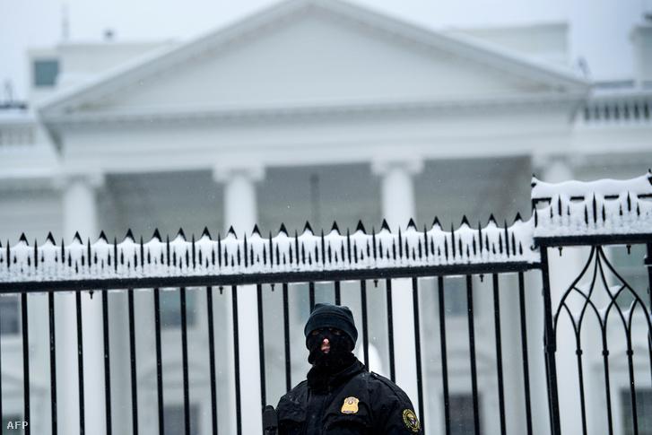 A titkosszolgálat egyik tagja őrködik a Fehér Ház előtt Washingtonban 2019. január 13-án