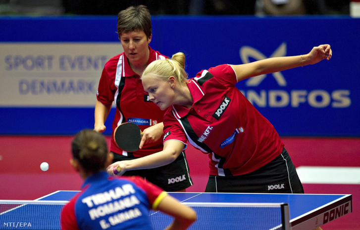 A magyar Tóth Krisztina (b) és Póta Georgina a román Daniela Dodean és Elizabeta Samara ellen játszik a dániai asztalitenisz Európa-bajnokság női párosának döntőjében Herningben 2012. október 20-án. A magyar kettős 4-3-ra kikapott, és ezüstérmet nyert.