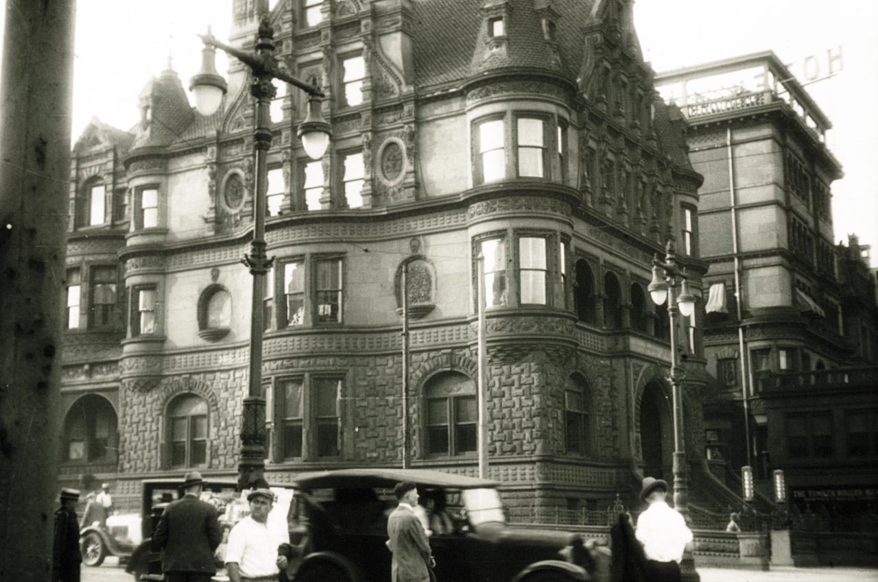 A kép jobb felső sarkában csak a Hotel felirat vehető ki, a név elmosódik. Vélhetően az egyik szálloda, ahol Aszódiék az amerikai utazásuk idején megszálltak.