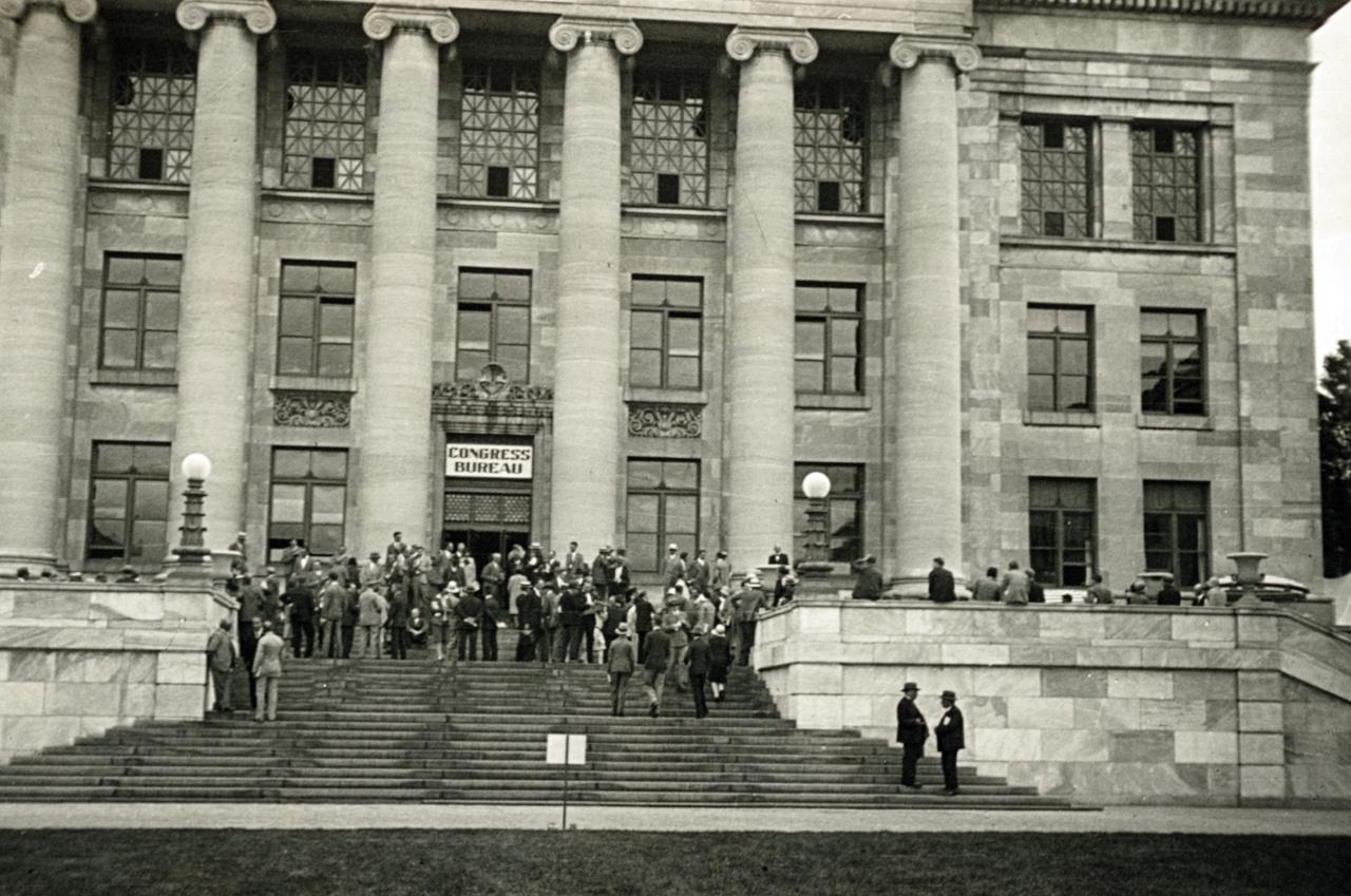 Már a 13. Nemzetközi Fiziológiai Kongresszust rendezték 1929-ben, de ez volt az első, aminek Amerika adott otthont (az USA-nak a nemzetközi tudományos életben most betöltött szerepét ismerve ez ma már elképzelhetetlennek tűnik). Nem csoda, hogy a szervezők kitettek magukért, és igazi gigantikus konferenciát hoztak tető alá. A bostoni Harvard Medical Schoolon augusztus 19-23. között – tehát két hónappal a gazdasági válság kirobbanása előtt – rendezett tanácskozáson több mint negyven országból 1600-an vettek részt, köztük Aszódi Zoltánék is. Azt, hogy rajtuk kívül más magyarok vagy közép-európaiak voltak-e a résztvevők között, nem sikerült információt szereznünk.
