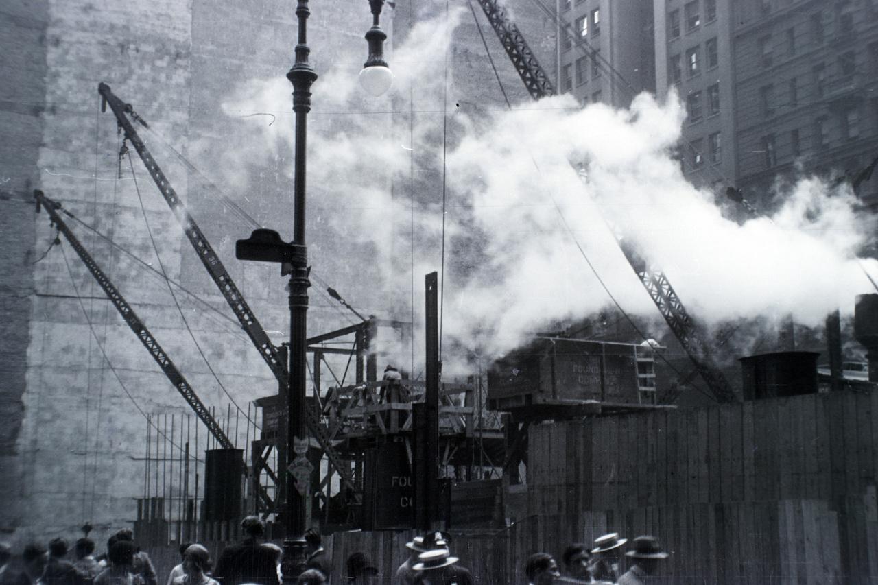 És amikor még úgy tűnt, dübörög a gazdaság (az Egyesült Államok GDP-je az 1920-as években 59 százalékkal nőtt): felhőkarcoló épül New Yorkban. A város felhőkarcolóinak története 1890-től datálódik, ekkor épült az első olyan épület, ami meghaladta a korábban már említett Trinity Church 87 méteres magasságát: ez 348 láb, azaz 106 méter magas New York World Building volt (1955-ben rombolták le). Az első felhőkarcoló-építési hullám az 1910-es évektől a gazdasági világválságig tartott, ebben az időben készült el a város 82 legmagasabb épületéből 16, köztük az ikonikus Emipre State Building.