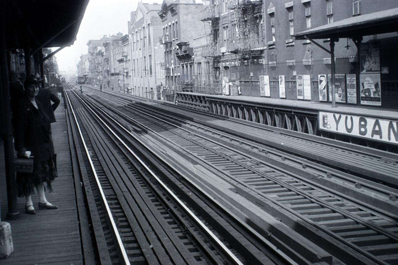 A New York-i magasvasút egyik megállója, arról nem maradt fenn feljegyzés, hogy pontosan melyik. A városban 1868-ban helyezték forgalomba az első magasvasutat. A klasszikus manhattani magasvasúti közlekedés 1955-ben szűnt meg, de New York metróhálózatának a mai napig van pár magasvasúti szakasza. (A kép jobb oldalán látható Yuban felirat egy kávémárka hirdetése.)