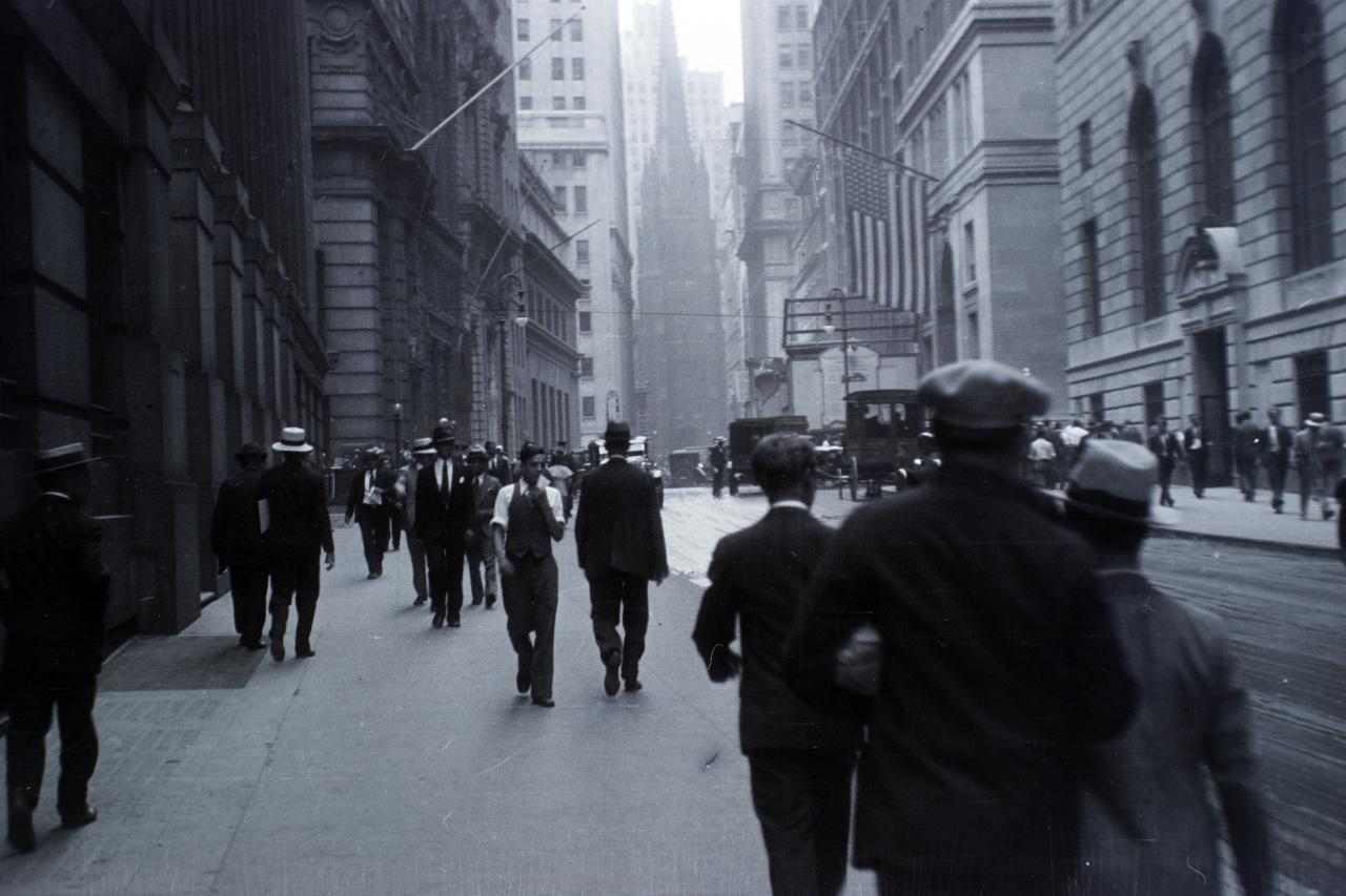 New York, a már akkor is a világ egyik pénzügyi-gazdasági központjának számító Wall Street-i utcakép, háttérben a híres Trinity Church, a Szentháromság Temploma. Ekkor még senki nem sejthette, hogy néhány hónapon belül innen indul útjára az a pénzügyi krízis, ami milliókban roppantja meg az amerikai álomba vetett hitet, és évekre maga alá temeti a világgazdaságot.
