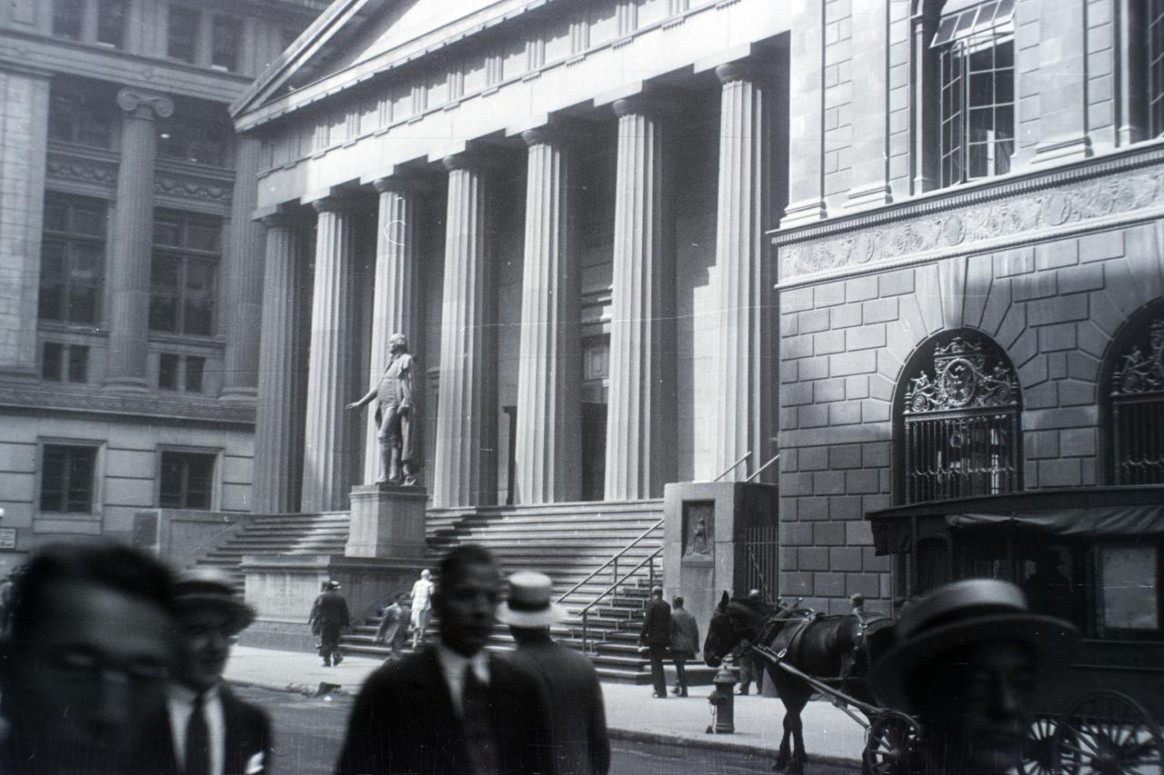 A New York-i tőzsde. Innen indult útjára Aszódiék utazása után nem sokkal, 1929 októberében a később évekig tomboló nagy gazdasági világválság. A tőzsdekrach első napja október 24. volt, a fekete csütörtök, amikor máig megmagyarázatlan okok miatt eladási láz indult ebben az épületben. A részvények ára pár nap alatt csaknem 20 százalékot esett, ami 50 milliárd dollárnyi veszteséget jelentett – úgy, hogy tömegesen elterjedt jelenség volt a hitelből tőzsdézés. A részvénypiaci pánik csak súlyosbította a már korábban megkezdődött gazdasági hanyatlást (a húszas években lezajlott hatalmas gazdasági növekedés után 1929 nyarára az amerikai gazdaság recesszióba fordult). 1929 végére bankok és nagyvállalatok ezrei mentek csődbe, százezrek kerültek az utcára, ráadásul a bankcsődök miatt tömegek veszítették el a megtakarításaikat is (akkoriban még nem létezett a betétbiztosítás intézménye). Az amerikai (és világ-) gazdaság csak 1933 végére tért magához a több hullámban jelentkező krízisből.