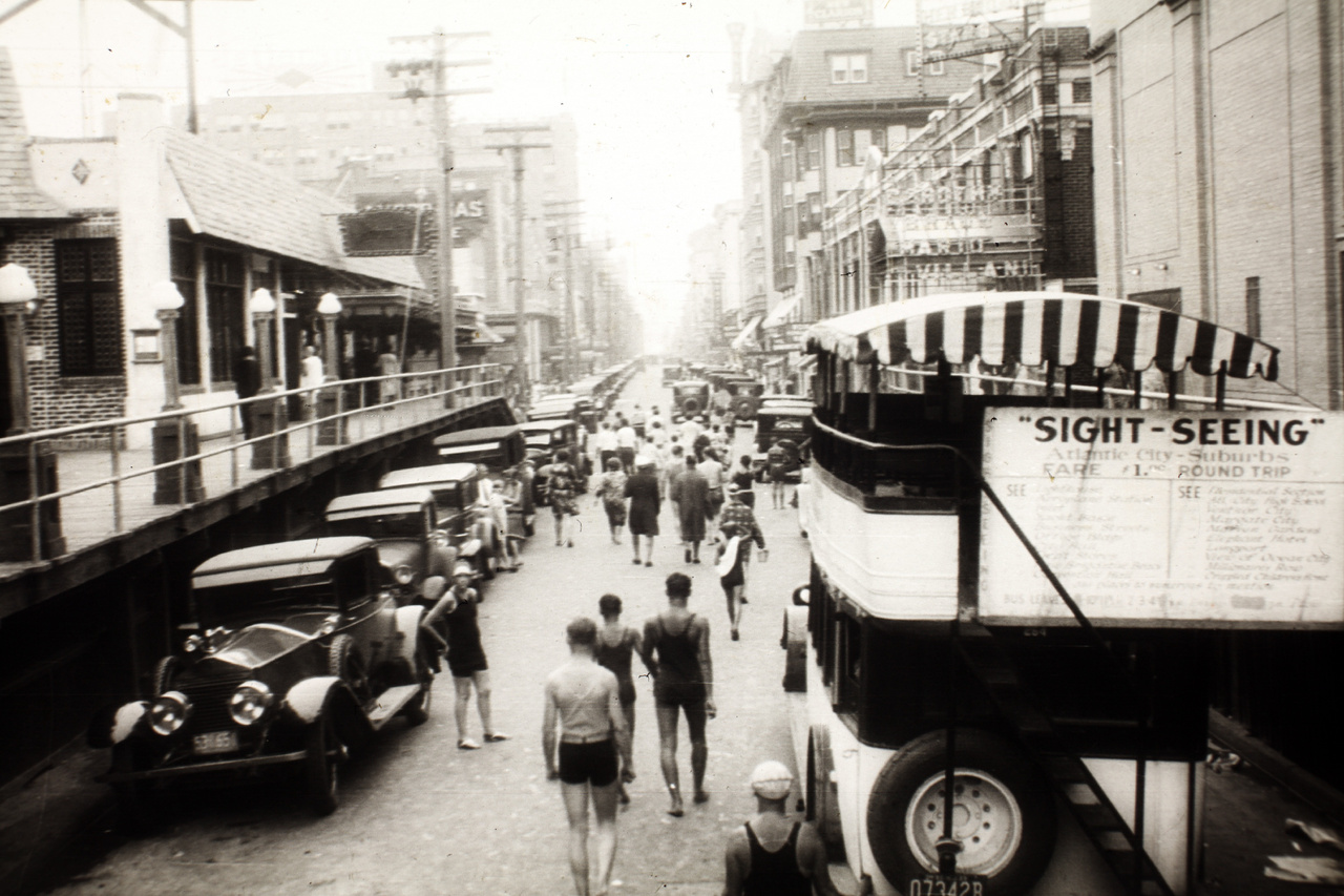 A kép Atlantic Cityben készült, kiderül ez a jobb oldalon lévő városnéző busz feliratából.