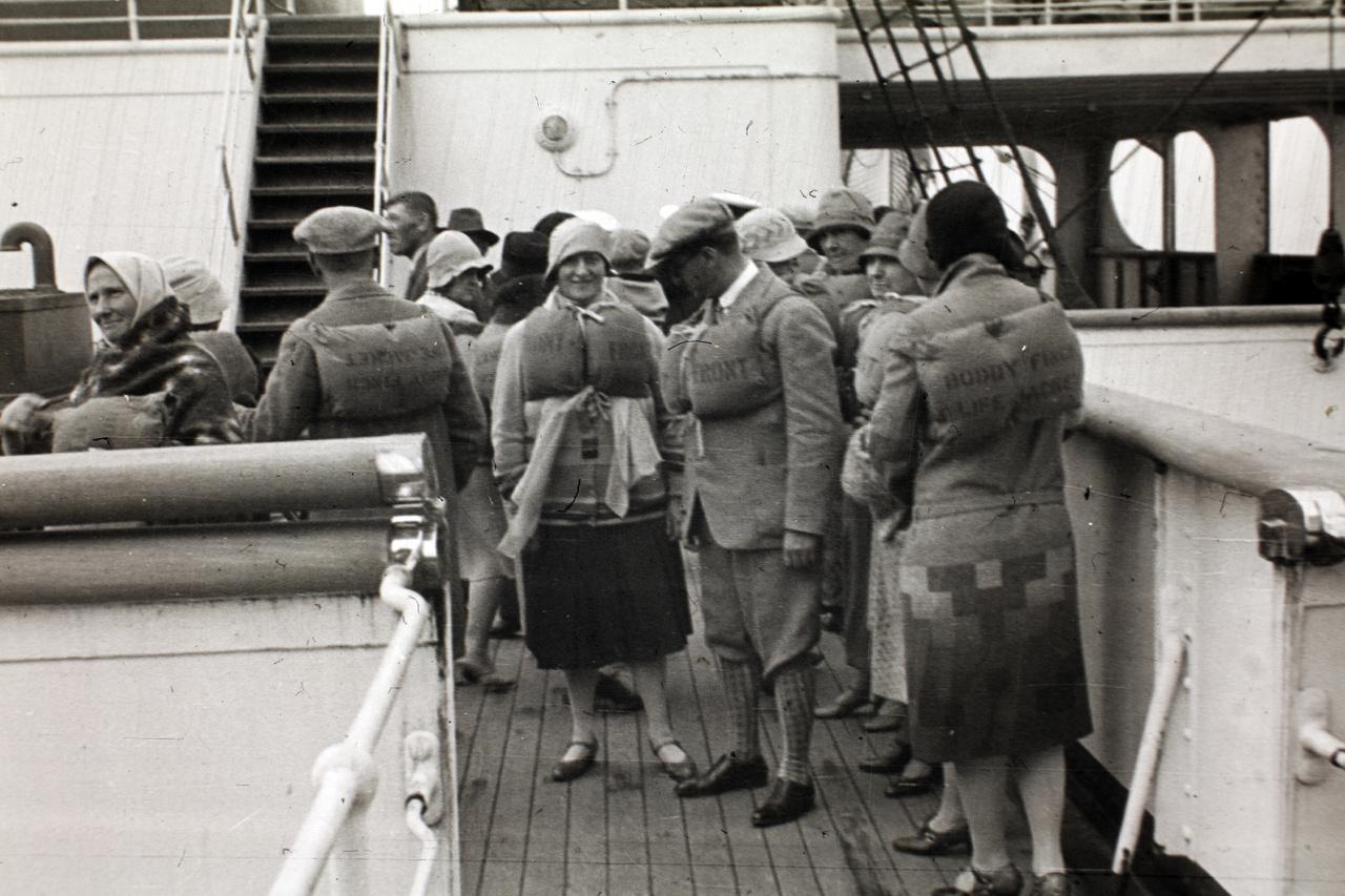 Nagyon viccesnek tűnhetnek a luxushajó utasai ezekben a mentőmellényekben, de ne feledjük, még csak 17 évvel voltunk a Titanic katasztrófája után. Aminek egyébként meg is volt a következménye, legalábbis az Aquitanián: ez volt az egyik első olyan hajó, amelyiken valamennyi utas és a személyzet minden tagja számára volt elég mentőcsónak. Mivel a hajó férőhelye ebben az időszakban 3200 fölött volt, a csaknem ezer fős személyzettel együtt összesen több mint négyezer ember kimenekítéséről kellett volna gondoskodni vészhelyzet esetén.