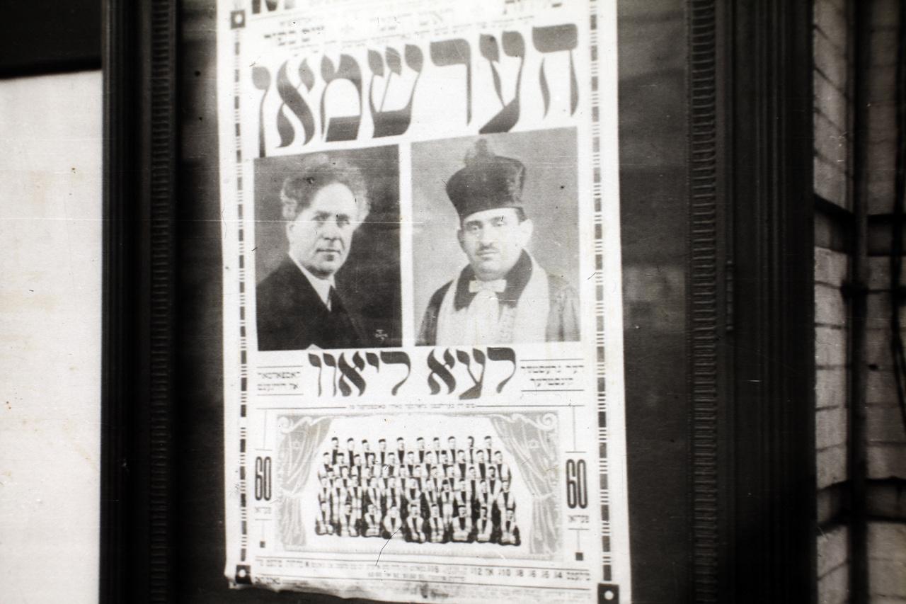 Egy jiddis nyelvű plakát, valószínűleg New Yorkban. A városban nagy számban éltek askenázi zsidók, akik jiddisül beszéltek (a modern héber csak ekkoriban alakult ki), sőt, az amerikai vallásos zsidóságban a mai napig jelentős a jiddist használók aránya.
