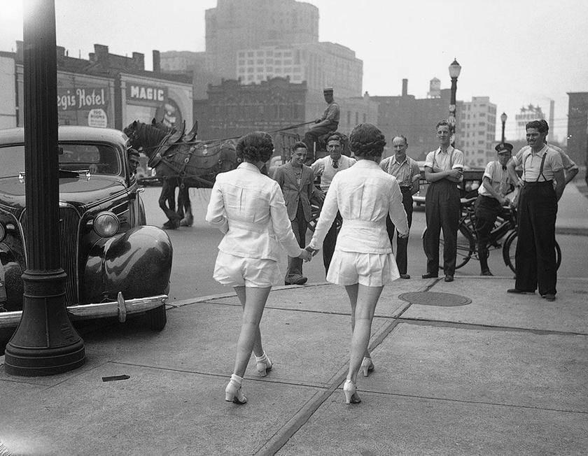 Az 1937-es fotón látható autó komoly vitát váltott ki az interneten. Kommentelők egy csoportja szerint a nők okozták a balesetet, mások szerint viszont a férfi volt a hibás, aki az út helyett a rövidnadrágos hölgyeket bámulta, és így nekiment az oszlopnak.
