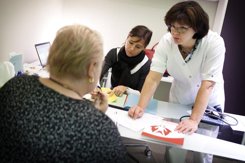 Francia elhízásklinikán ad tanácsot a páciensnek egy táplálkozási szakértő.