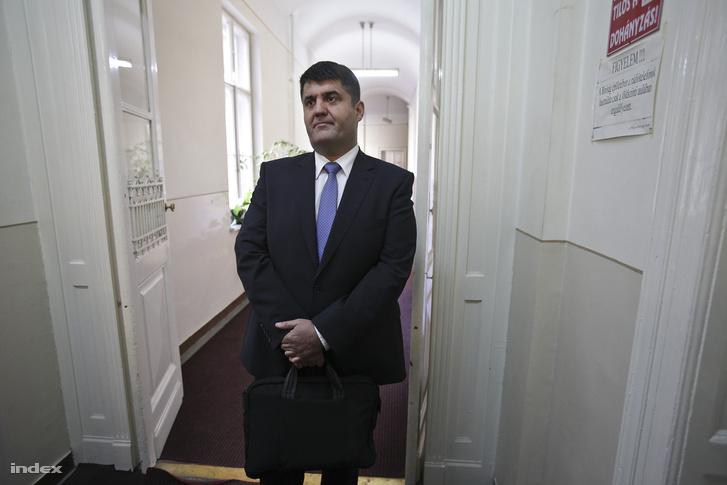 2012. június 13. Hagyó Miklós volt szocialista főpolgármester-helyettes várakozik a Kecskeméti Törvényszék folyosóján az ellene és 14 társa ellen folytatólagosan, bűnszervezetben elkövetett, különösen nagy vagyoni hátrányt okozó hűtlen kezelés bűntette és más bűncselekmények miatt, a BKV-val kapcsolatos ügyben indult büntetőperének kezdésére.