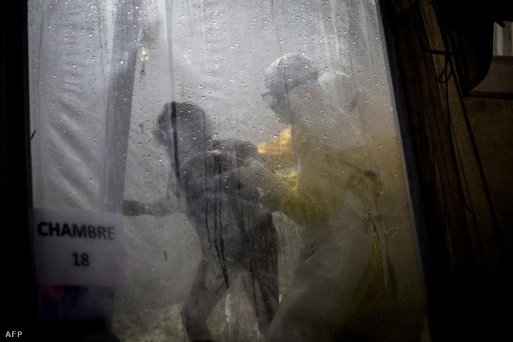 Ebolával fertőzött betegnek segít az orvos Kongóban 2018. november 10-én. Az ebola fertőzésben elhunytak száma meghaladt ekkor már a 200 főt.