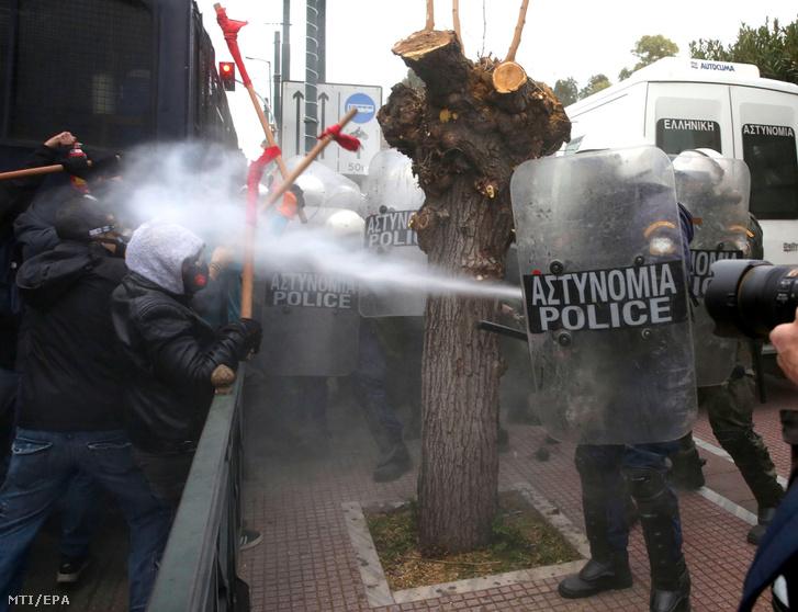 Tüntetők és rohamrendőrök összecsapása az athéni parlament előtt rendezett tanártüntetés közben 2019. január 14-én. A résztvevők a görög kormány új törvénytervezete ellen tiltakoznak, amely szabályozná a tanárok kinevezését és felvételét.