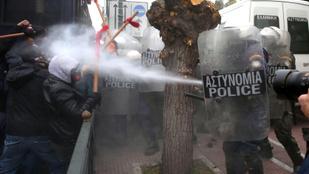 Könnygázt és gumibotozást kaptak a tüntető görög tanárok