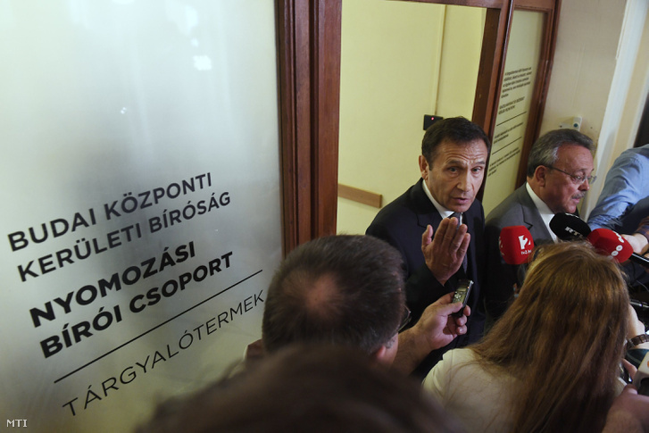 Gyárfás Tamás volt úszószövetségi elnök, médiavállalkozó (k) és ügyvédje, Bánáti János (j) nyilatkozik a tárgyalás után a Budai Központi Kerületi Bíróság folyosóján 2018. április 20-án.