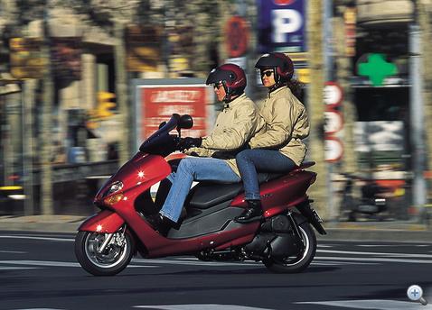 A Yamaha Majesty 125 kategóriája egyik legnagyobb testű típusa. Az utas sem szenved, és a csomagok is elférnek