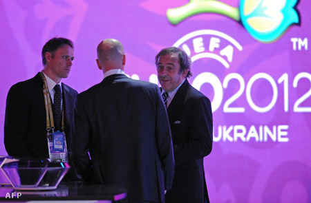Marco van Basten (balra), Zinedine Zidane (középen) és Michel Platini beszélgetnek a sorsolás kezdete előtt