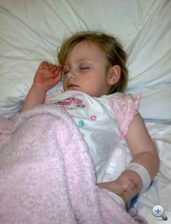 Ez a fotó a kórházban készült az akkor még élet és halál között lévő kislányról