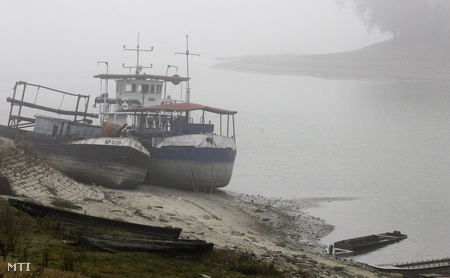 Homokpadon veszteglő hajók a szerbiai Apatinnál