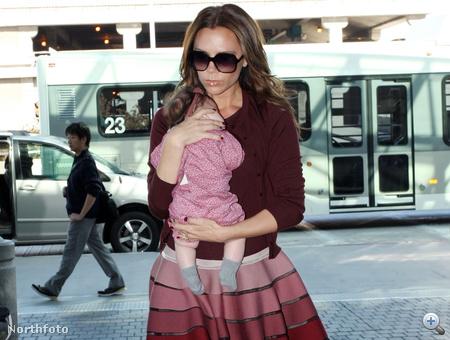 Harper Seven Beckham édesanyjával 2011. október 8-án