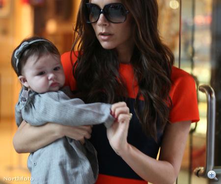 Harper Seven Beckham édesanyjával 2011. november 15-én