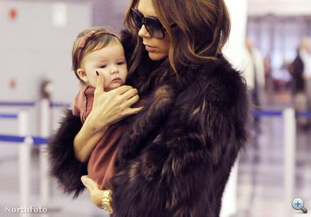 Harper Seven Beckham édesanyjával 2011. november 16-án