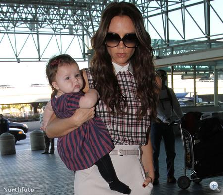 Harper Seven Beckham édesanyjával 2011. november 26-án