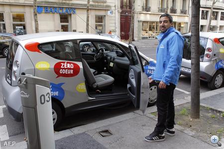 Bérautórendszer már létezik a világ több nagyvárosában, a francia újítás azonban a villanyautók teljesítményében rejlik: a kisautók konkurenseinél ötször nagyobb teljesítményű, lítium-fém-polimer alapú akkumulátorainak feltöltéséhez alig négy óra szükséges.