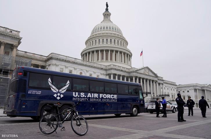 Amerikai Légierő busza áll a Kapitólium előtt, miután Donald Trump megtagadta Pelosinak és más kongresszusi tagoknak, hogy felszálljanak Washington-ból 2019. január 17-én