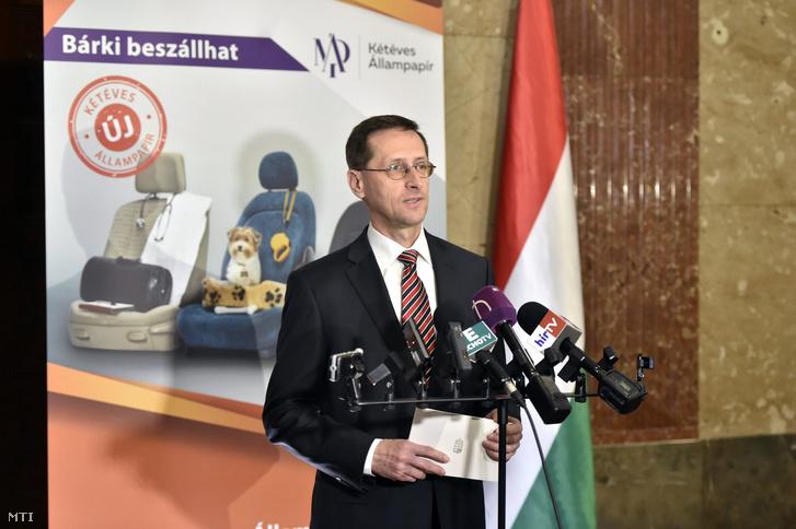 Varga Mihály a kétéves futamidejű államkötvényt bejelentő sajtótájékoztatón a Nemzetgazdasági Minisztériumban 2017. április 3-án