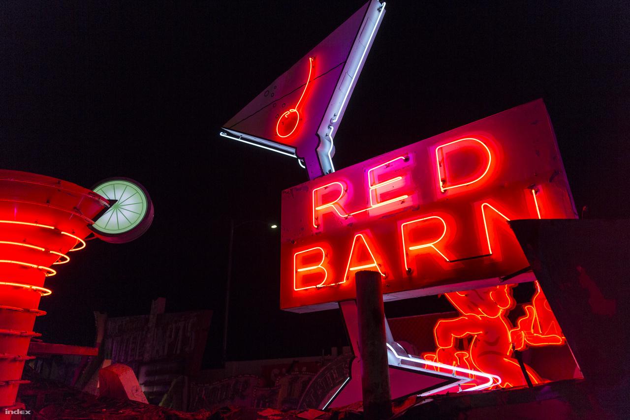 A Red Barn koktélbár neonja, az ötvenes évekből. Érdekes módon először régiségbolt volt, és csak később lett szórakozóhely. A hely 1988-ban zárt be, szerencsére a neon megmenekült. Balra mellette egy másik koktélospohár, míg mögötte egy tejesember igyekszik dolgára. (A neonmúzeum gyűjteményéből.)