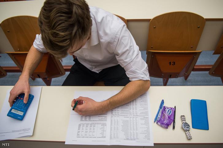 Hallgató írásbeli vizsgán a Budapesti Corvinus Egyetemen (BCE) 2019. január 9-én.