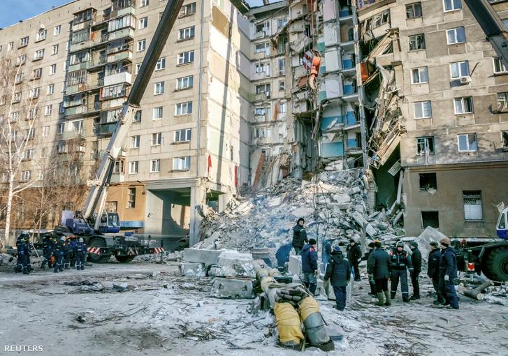 Túlélők után kutatnak és a romokat takarítják Magnyitogorszkban 2019. január 1-jén