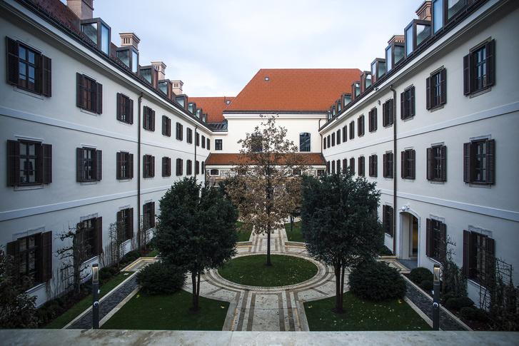 Az egykori kolostor, a mai miniszterelnöki iroda udvara