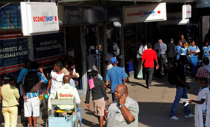 Sorok egy zimbabwei internetszolgáltató irodája előtt