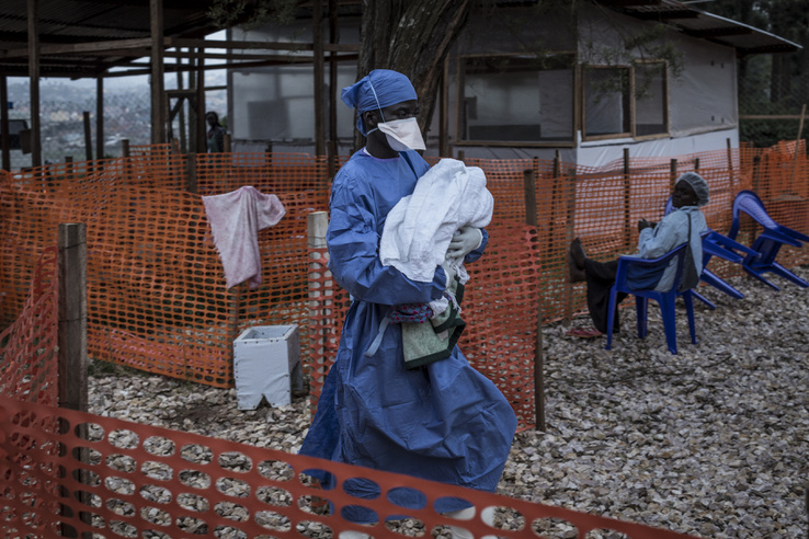 4 éves ebolával fertőzött babát visz a kezében az ápoló Butembo-ban, a Kongói Köztársaságban 2018. november 10-én
