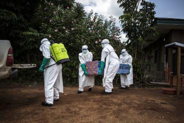 Elszállítják az ebolában elhunyt testét Beniben 2018. augusztus 22-én