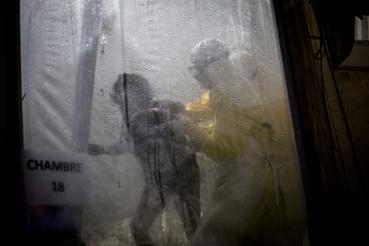 Ebola fertőzöttnek segít egy ápoló Butembo-ban