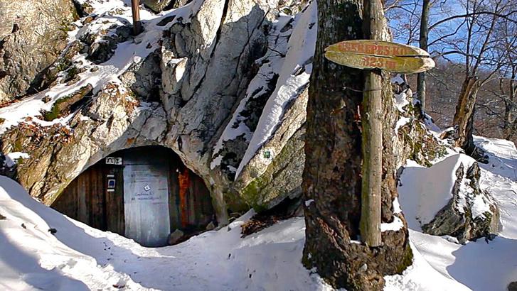 A bükki Cserepes-kői barlangszállás. A kép a legnépszerűbb, negyedik részből származik, amit már több mint 215 ezren láttak.