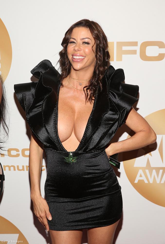 Alexis Fawx dekoltázsából is bőségesen mutat ez a nagyvállú ruha.