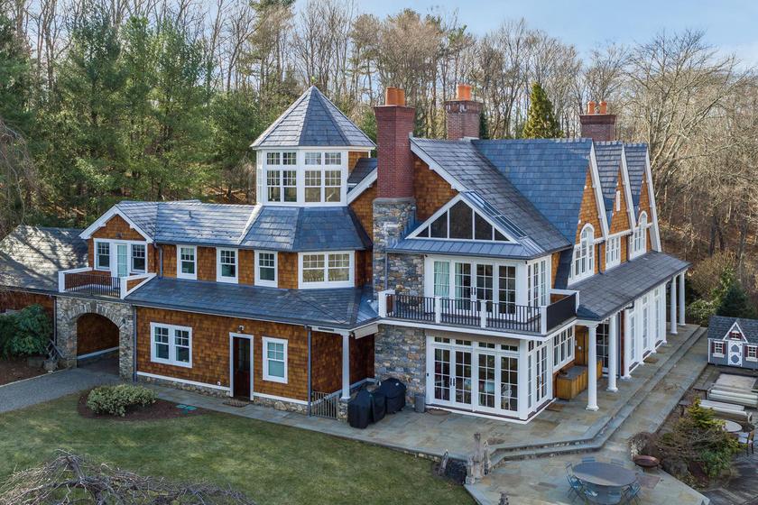 Bruce Willis közel 9000 négyzetméteres háza meseszép kívülről. Összesen öt hálószoba van benne.