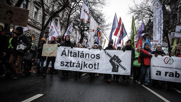 Tüntetések, félpályás útlezárások lesznek ma az egész országban