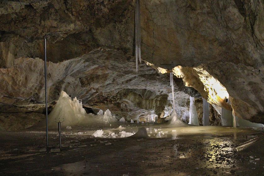 A jégbarlang mintegy másfél kilométer hosszú, ám egy hatalmas rendszer része. A levegő hőmérséklete megközelítőleg 0 °C.