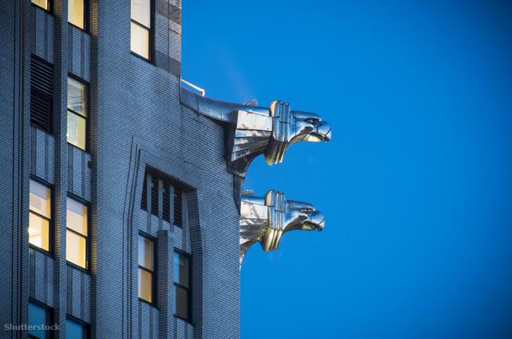 A Chrysler Building vízköpői. Az épület számos díszitése az autókra utal