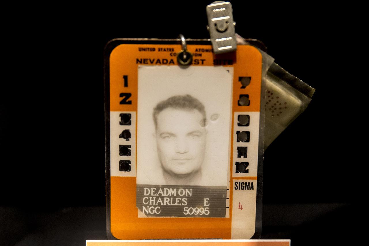 Charles E. Deadmon a nevadai kísérleti telepen dolgozott, fényképes belépőkártyájához még mindig hozzá van csatolva a kis dózismérő, ami alapján meg tudták határozni, hogy mennyi ideig folytathatja még a munkát a sugárveszélyes helyen.