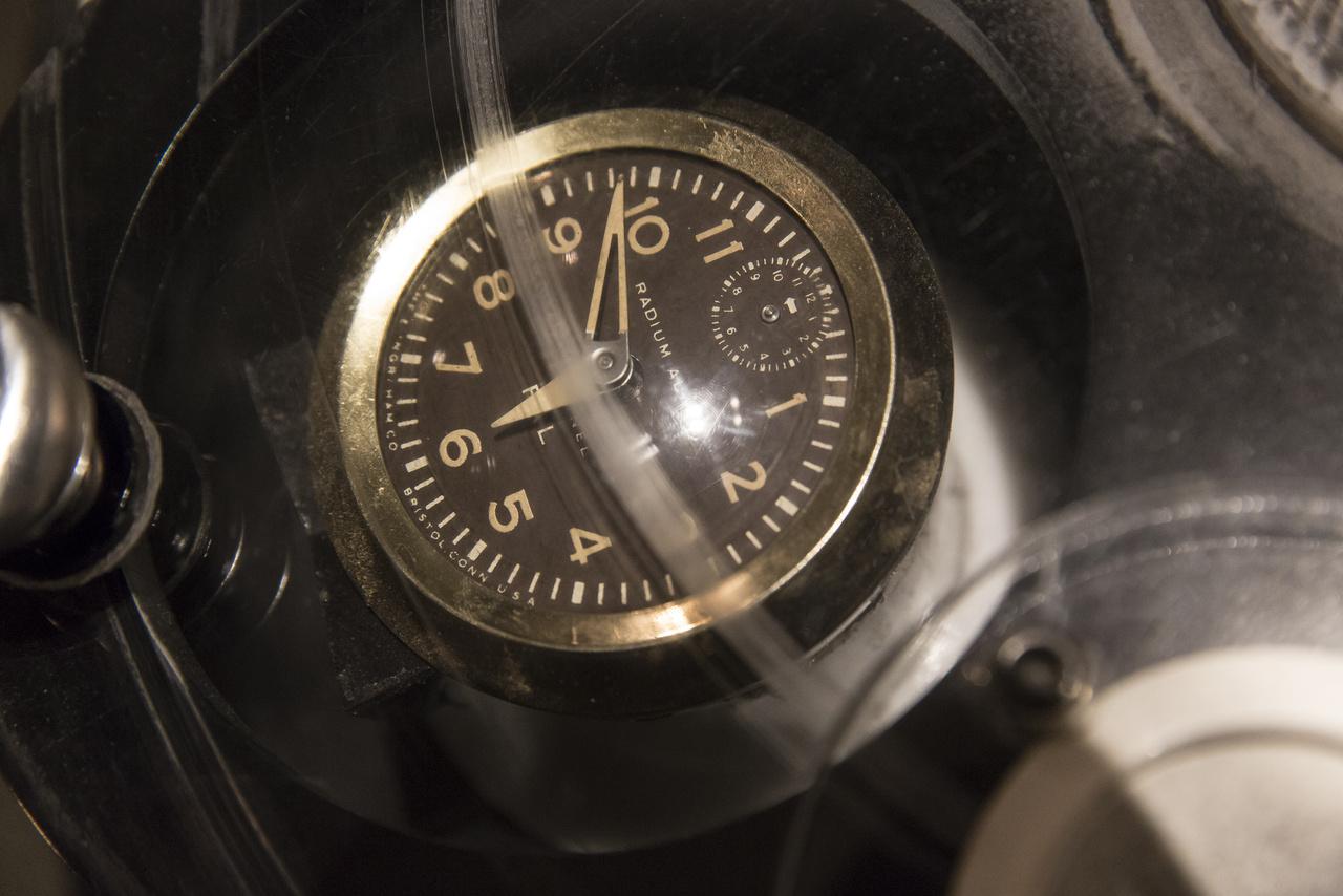 A múzeum egyik interaktív pultján különféle tárgyak radioaktivitását lehet megmérni egy Geiger-Müller számláló segítségével. A képen egy régi rádiumos óraszámlap látható, aminek festett részei (a számok, a percbeosztás, a mutatók) sötétben világítanak – és még ma is kiakasztják a sűrűn pittyegő mérőműszert. Ilyen órák készültek a Radium Dial Company és az United States Radium Corporation, a két legnagyobb gyártó műhelyeiben a huszadik század első felében. A számlapok festését kézzel végezték fiatal lányok, akik gyakran szájukba vették a festékes ecsetek hegyét. Mindannyian borzalmas halált haltak éveken belül, a Rádium Lányok szomorú botránya az egész országot megrázta.