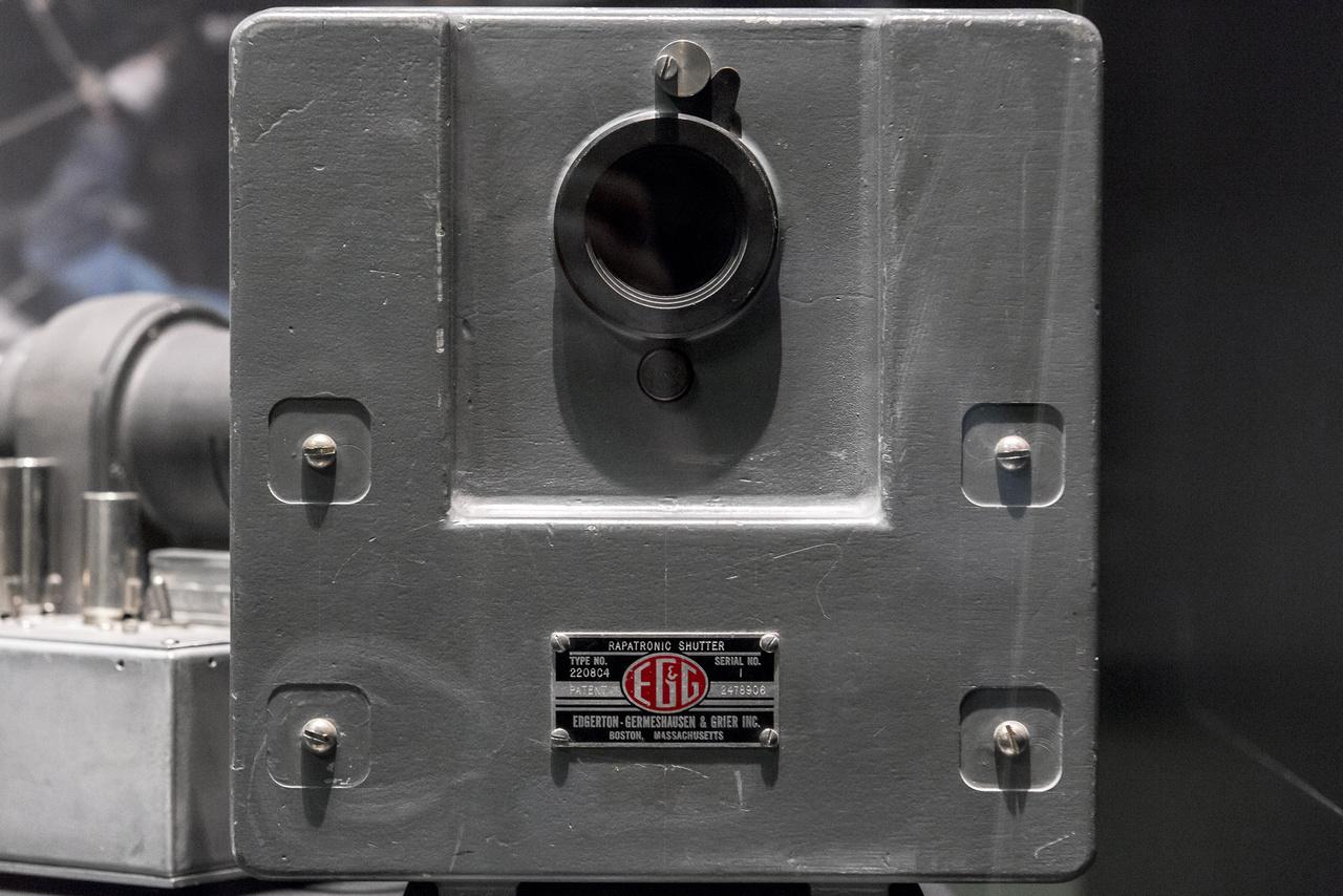 Az 1945 és 1962 között földfelszín fölött fölrobbantott amerikai atomtöltetek mindegyikéről több filmfelvétel is készült, legtöbbjük különféle kameraállásból, többféle plánban felvett szuperlassított felvétel, amikkel a robbanások kritikus első századmásodperceit tanulmányozták az atomtudósok. Az ezen felvételek készítésére alkalmas kamerák többségében Rapatronic (Rapid Action Electronic) zárszerkezet működött, amit Harold Edgerton, a gyors mozgások emberi szemmel érzékelhetetlen fázisait kimerevítő, szuperlassított (avagy ultranagy sebességű) fotográfia atyja talált föl és fejlesztett tökélyre. A képen a Rapatronics Shutter Mechanism Serial No. 1., az első ilyen szerkezet látható.