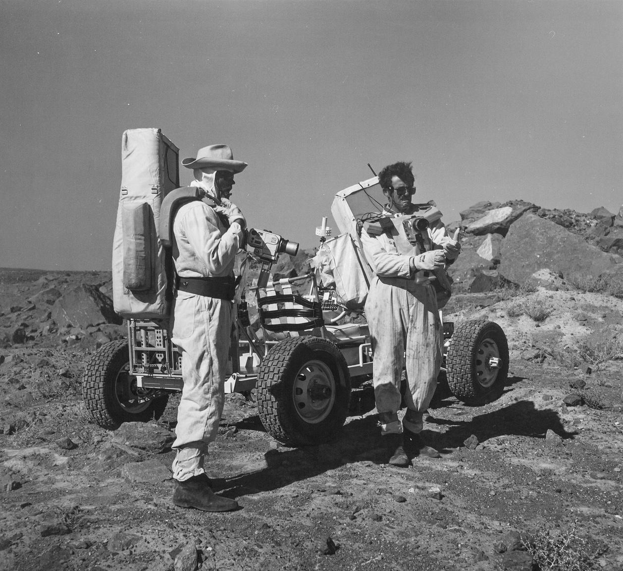 Az 1970-es évek elején az Apollo-14, -15, -16 és -17 küldetések űrhajósai Hold-kutató és kőzetmintagyűjtő terepgyakorlatokon vettek részt a nevadai föld alatti atomrobbantások két helyszínén, a Schooner- és a Sedan-kráterben (a robbantások évei: 1968 és 1965). Az űrhajósok a holdautó vezetését is gyakorolták a holdi kárterekhez hasonló méretű, talajszerkezetű mesterséges gödrök szélein, lejtős oldalain. A képen Charles Duke és John Young, az Apollo-16 asztronautái láthatók a Schooner-kráternél.
