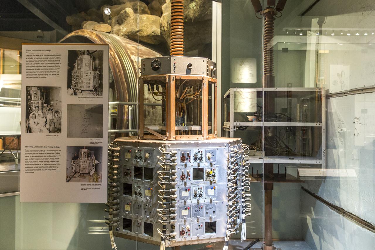 Az 1957. szeptember 14-i Fizeau-robbantás tudományos bunkerében szolgálatot teljesítő műszerdoboz, ami a tesztrobbantás szenzorai által begyűjtött adatokat rögzítette mágnesszalagra (hőmérséklet, nyomás, sugárzás, neutronáram, stb.). A bunker pontosan a 152 méteres magasságban felrobbantott, 11 kilotonnás bomba alatt helyezkedett el, a dobozt egy rugós rúdra szerelték, hogy a fölülről érkező lökéshullám hatására el tudjon mozdulni, ne keletkezzen benne kár. A bunkerben összesen négy hasonló szerkezet volt, mindegyik különböző műszerekkel teletömve.