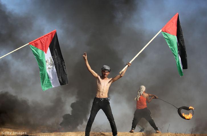 Palasztín tiltakozók gumikat égetnek miután Trump elismerte Jeruzsálemet Izrael fővárosaként